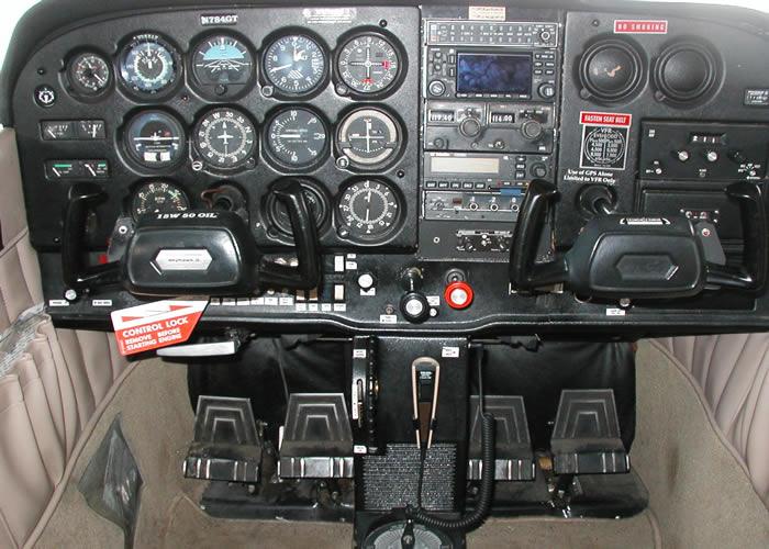 cessna_172_cockpit